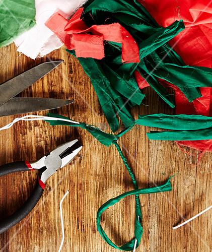 Weihnachtskranz aus Stoffresten basteln
