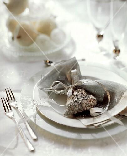 Festliches Tischgedeck mit einem Silberherz