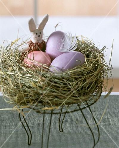 Osternest mit Eiern und Häschen
