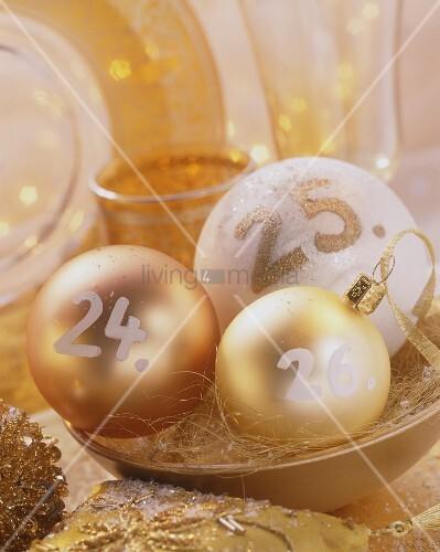Weihnachtskugeln mit Aufschriften: 24., 25. und 26.