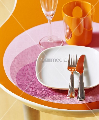 Place-setting in seventies style