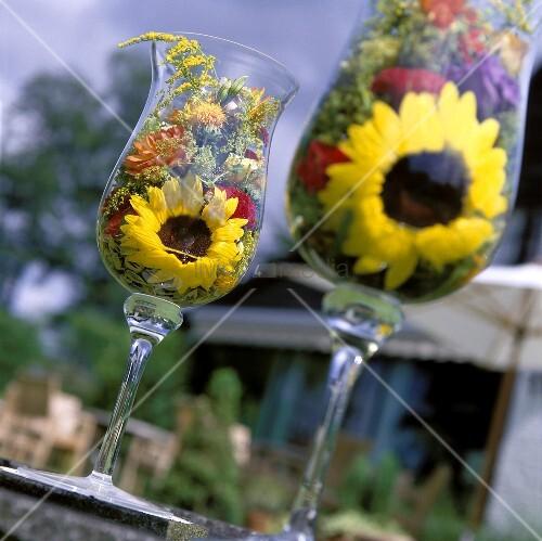 Sommerblumen In Glasern Als Tischdeko Im Freien Bild Kaufen