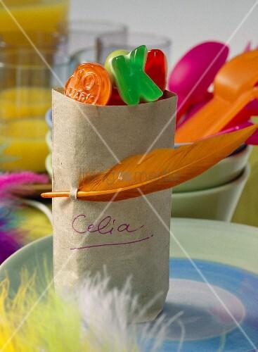 Papiertüten mit Bonbons als Geschenk für Kinder