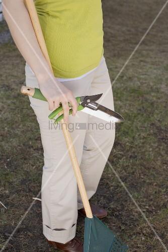 Frau mit Gartenwerkzeug