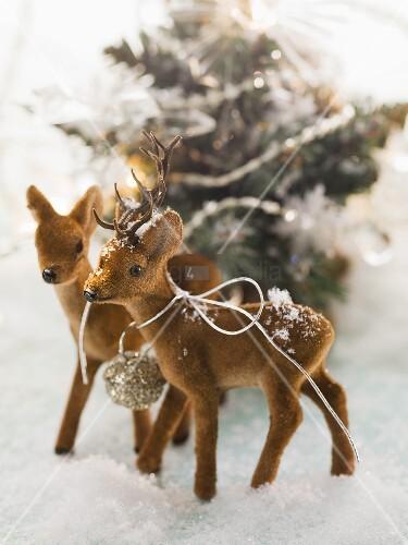 Rehfiguren im Schnee (Weihnachtsdeko)