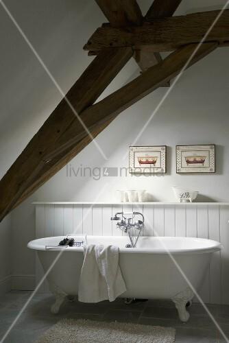 badewanne rustikal, freistehende badewanne mit löwenfüssen unter der dachschräge mit, Design ideen