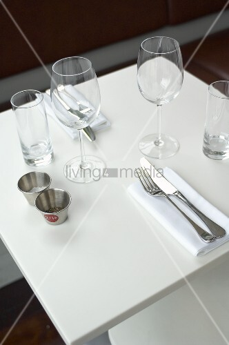 gedeckter tisch f r zwei im restaurant bild kaufen. Black Bedroom Furniture Sets. Home Design Ideas
