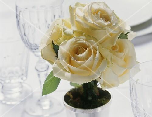 Weisser Rosentrauss auf gedecktem Tisch
