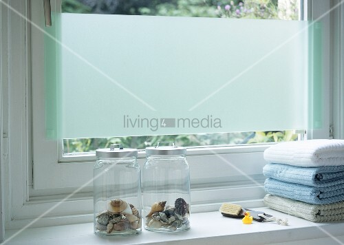 sichtschutz aus acrylglas am fenster im bad bild kaufen living4media. Black Bedroom Furniture Sets. Home Design Ideas