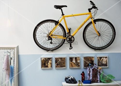 fahrrad h ngt an der wand im flur bild kaufen living4media. Black Bedroom Furniture Sets. Home Design Ideas