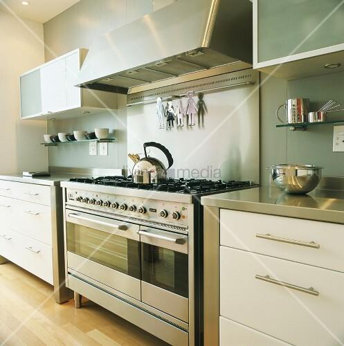 Küche mit großem Gasherd und modernen Küchenschränken mit ...