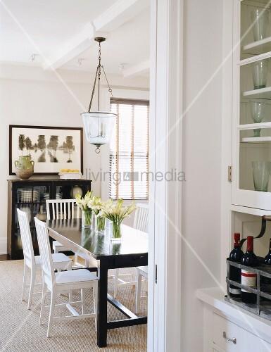 dunkel brauner esstisch mit wei en st hlen im hellen fachwerkhaus bild kaufen living4media. Black Bedroom Furniture Sets. Home Design Ideas