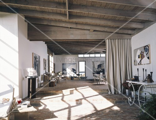 Vorhänge Als Raumteiler offenes wohnen mit einfacher holzdecke und einem schweren vorhang