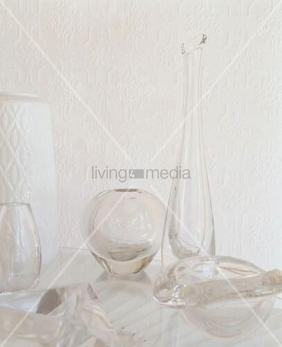 verschiedene glasgef e vor wei er tapete mit struktur bild kaufen living4media. Black Bedroom Furniture Sets. Home Design Ideas