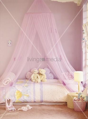 ein rosa kinderzimmer mit baldachin ber bild kaufen. Black Bedroom Furniture Sets. Home Design Ideas