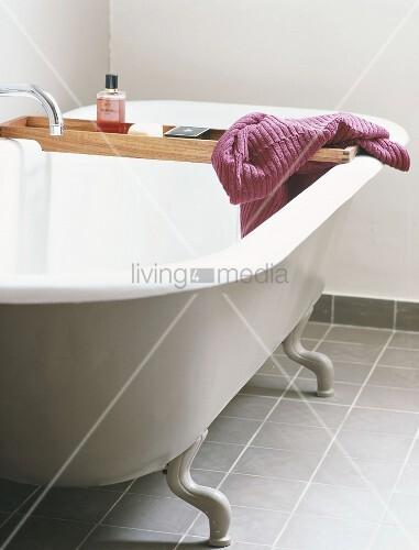 badewanne mit f ssen und einer bild kaufen. Black Bedroom Furniture Sets. Home Design Ideas