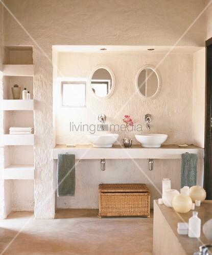 Einladendes helles badezimmer mit zwei waschbecken verschiedenen utensilien und integriertem - Badezimmer zwei waschbecken ...