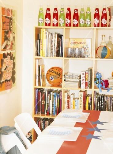 regal mit b chern und spielsachen in bild kaufen 00346409 living4media. Black Bedroom Furniture Sets. Home Design Ideas