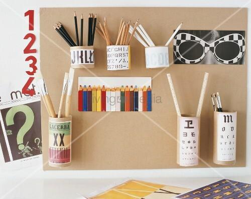 DIY-Wandboard mit Stifthaltern und Postkarten