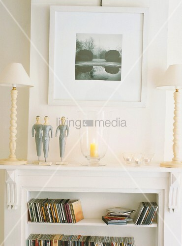 Das weisse Einbauregal mit Art Déco Elementen bietet Platz für CD's und eine Ablagefläche für Deko und Beleuchtung