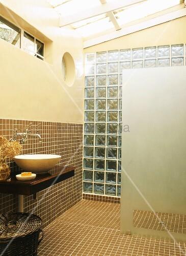 Glasdach, Oberlichter und eine Wand aus Glasbausteinen schaffen ...