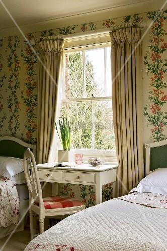 Typisch englisches Landhaus-Schlafzimmer mit floraler Tapete ...