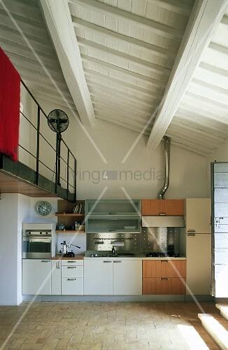 offene k che im wohnraum eines landhauses mit blick auf weisse holzdecke und galerie bild. Black Bedroom Furniture Sets. Home Design Ideas