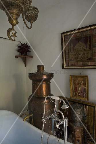 Orientalisches Badezimmer mit antikem Heizofen aus Kupfer – Bild ...