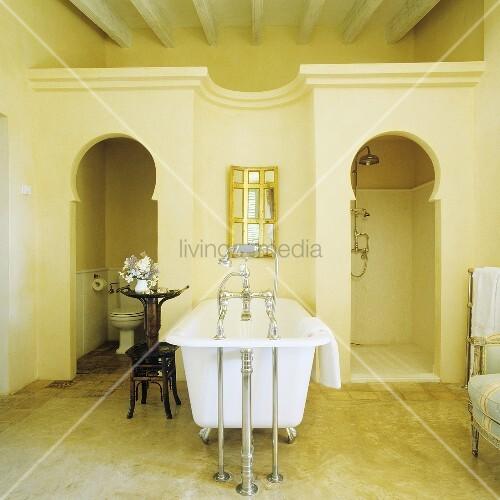 mediterraner bad antike badewanne mit standarmatur und einbau f r wc und dusche mit. Black Bedroom Furniture Sets. Home Design Ideas