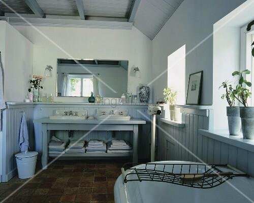 Traditionelles badezimmer in einem bild kaufen for Waschbecken landhaus
