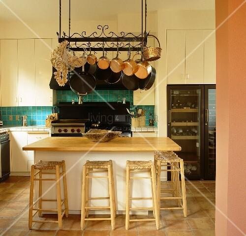 22 Kücheninsel Mit Tisch Modelle: Aufgehängte Küchenutensilien & Töpfe An Topfhänger über