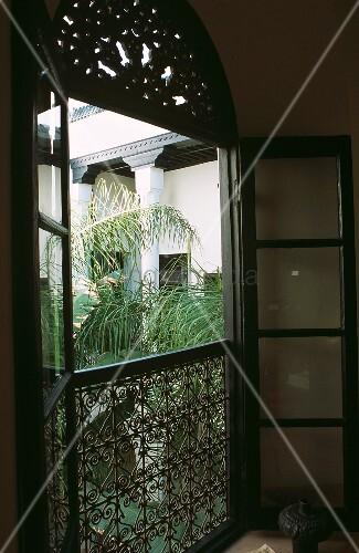 ge ffnetes fenster zum innenhof eines marokkanischen hauses bild kaufen living4media. Black Bedroom Furniture Sets. Home Design Ideas