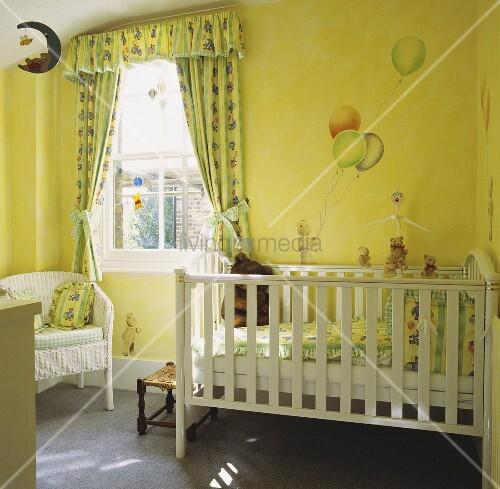 kinderzimmer mit weissem kinderbett mit aufgemalten luftballons an der wand und. Black Bedroom Furniture Sets. Home Design Ideas