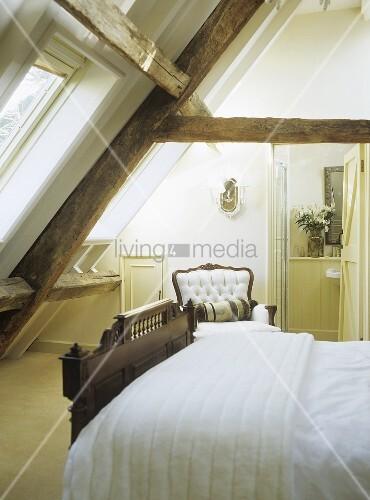 schlafzimmer im dachgeschoss mit doppelbett und antikem. Black Bedroom Furniture Sets. Home Design Ideas