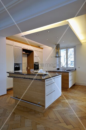 designer k che mit kochinsel unter indirekter beleuchtung und fischgr tparkett bild kaufen. Black Bedroom Furniture Sets. Home Design Ideas