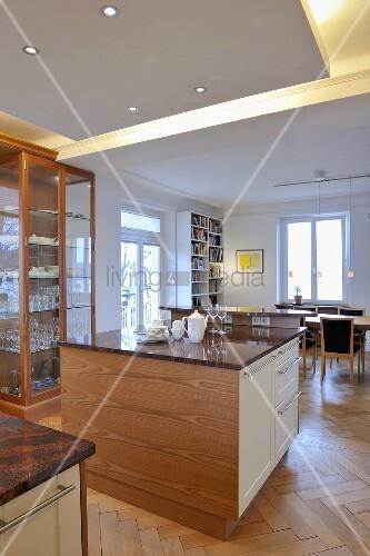 Esszimmer indirekte beleuchtung  Freistehender Küchenblock mit indirekter Beleuchtung im offenen ...