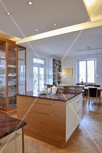 Freistehender Küchenblock mit indirekter Beleuchtung im offenen ...