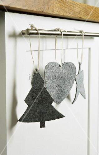 weihnachtsdeko aus grauem filz an edelstange geh ngt. Black Bedroom Furniture Sets. Home Design Ideas