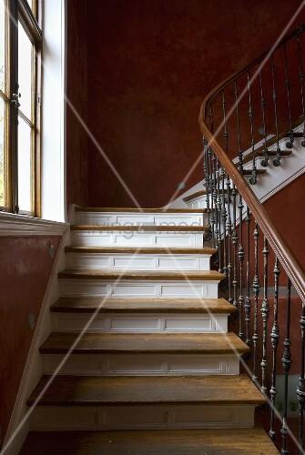 Treppenhaus mit Holzgeländer an Treppe ... – Bild kaufen – 00709831 ...