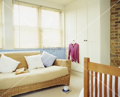 Sofa Aus Rattan Vor Fenster Mit Bild Kaufen 00710293