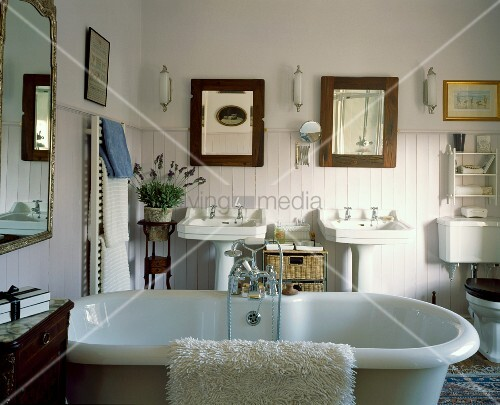 Freistehende badewanne in weissem landhaus badezimmer mit antiken m beln und halbhoher - Badezimmer wandverkleidung ...