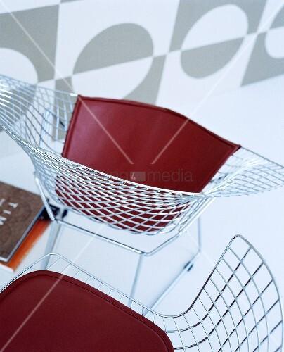 Charles Eames Draht-Stühle mir roter Sitzfläche – Bild kaufen ...