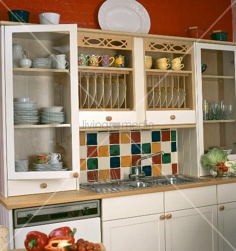 Bunte Fliesen Und Tellerboard über Der EdelstahlSpüle In Einer - Bunte fliesen küche