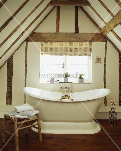Antike freistehende Badewanne unter Dachschräge im alten Haus – Bild ...