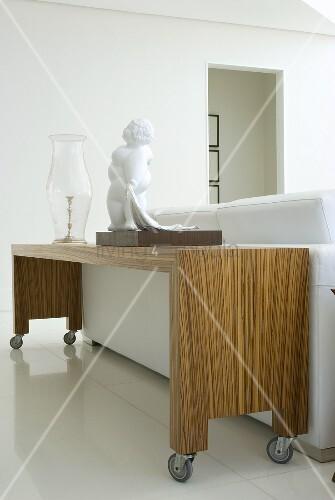 eine skulptur und eine glasvase auf einem ablagetisch auf. Black Bedroom Furniture Sets. Home Design Ideas
