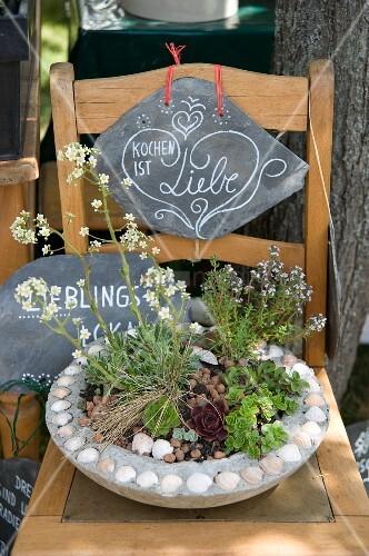 Stuhl mit bepflanzter schale und schieferplatten bild - Bepflanzter stuhl ...